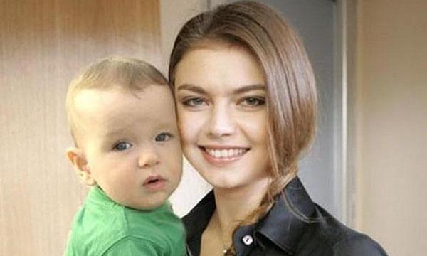 Стало известно о том, что Алина Кабаева родила сына от президента РФ