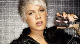 pink_mikrofon_pirsing_blondinka_vzglyad_1920x1080