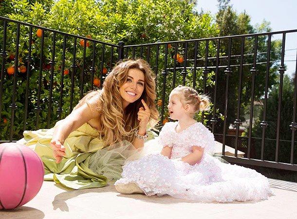 Анна Седокова сняла младшую дочь вклипе