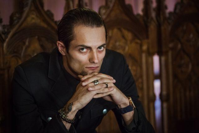 Влад Кадони, которого обозвали гомосексуалистом, заявил, что кто-то из участников «Битвы экстрасенсов» вскоре придет на «Дом 2»