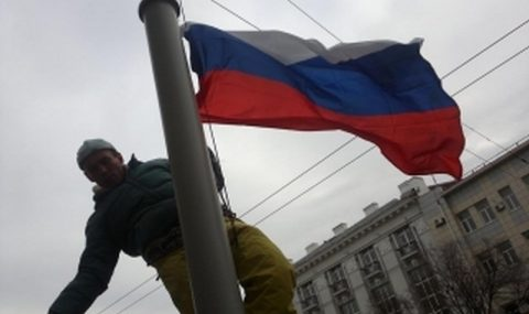 Неизвестный пытался сжечь флаг России в Севастополе