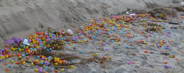 В Германии на берег выбросило тысячи яиц с игрушками