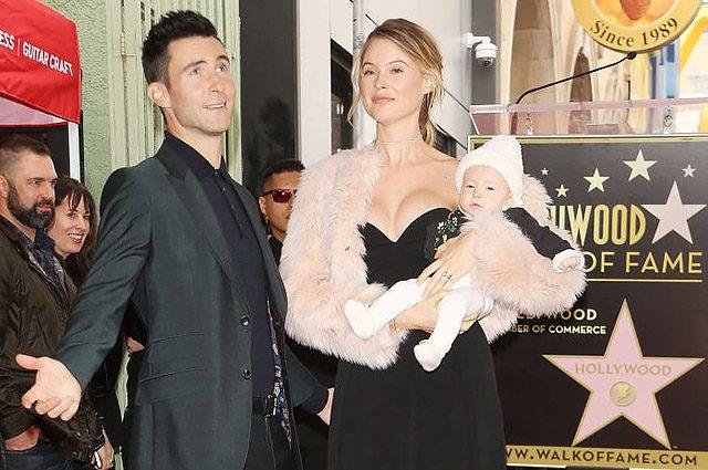 Адам Левин впервые вышел в свет с ребёнком