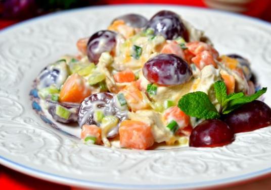 Сытный салат с горбуши и винограда