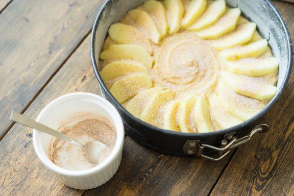 Рецепт шарлотки с яблоками простой и вкусный в духовке с фото пошагово