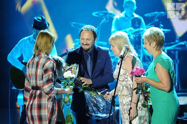 Стас Михайлов со своими многочисленными поклонницами