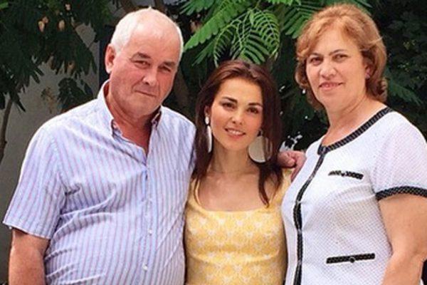 Сати Казанова в молодости со своими родителями