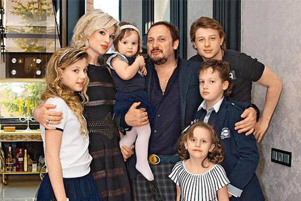 Певец Стас Михайлов с третьей женой Инной и детьми