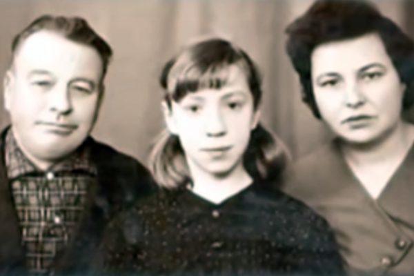 Галина Петрова в детстве со своими родителями