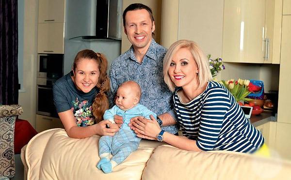Василиса Володина с мужем и детьми