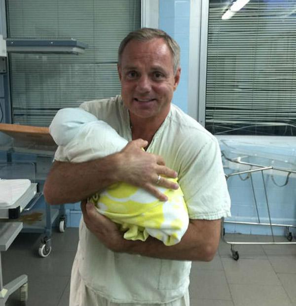 Александр Мохов с новорожденным сыном