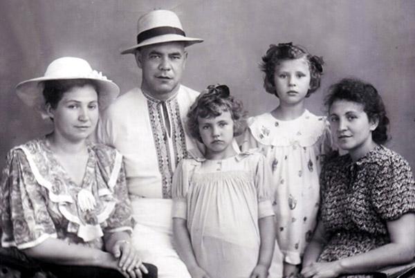 Валентина Толкунова в детстве со своей семьей