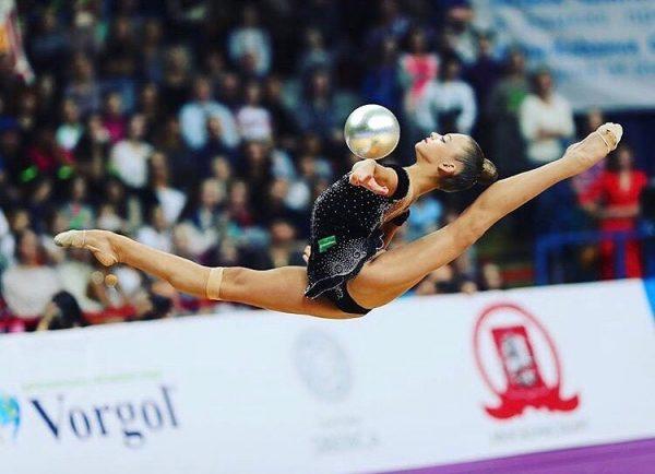 Александра Сергеевна Солдатова  делает шпагат в воздухе