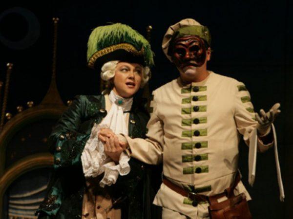 Актриса играла в спектакле «Слуга двух господ»