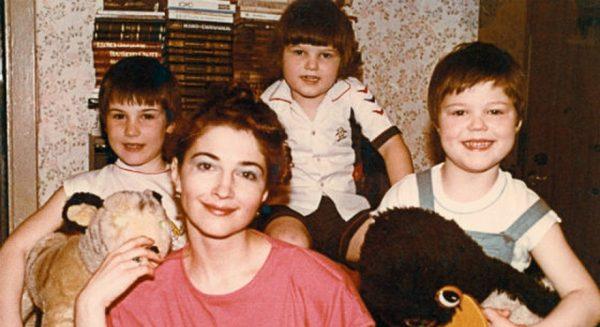 Жена актера с детьми