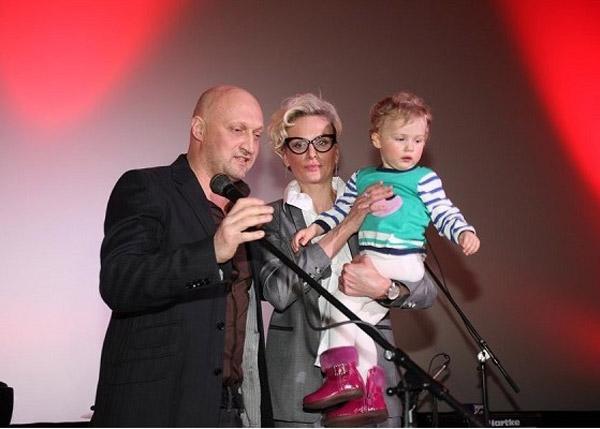 Гоша Куценко с женой и дочерью на сцене