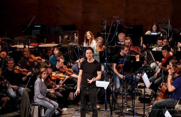 Теодор Курентзис на репетиции с симфоническим оркестром