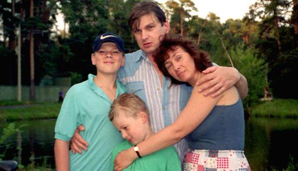 Кирилл Запорожский в детстве с родителями и братом Макаром