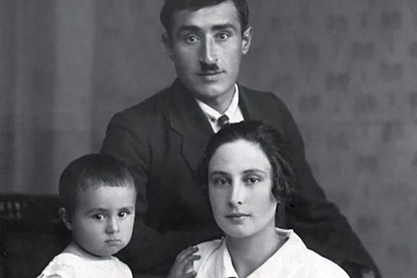 Эдуард Асадов в детстве со своими родителями