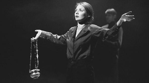 Карина Разумовская на сцене театра