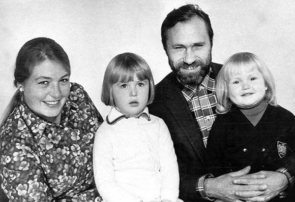 Мария Шукшина в детстве с родителями и сестрой