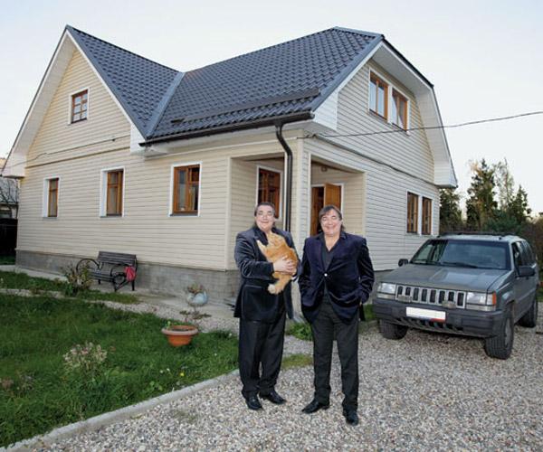 Братья Радченко возле своего загородного дома