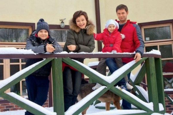 Евгения Добровольская с мужем Дмитрием и детьми