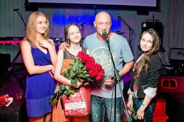 Гоша Куценко со своими поклонницами