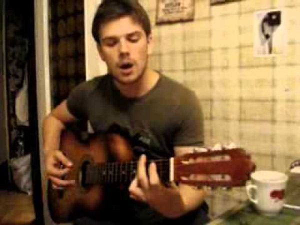 Кирилл Запорожский любит играть на гитаре