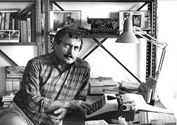 Писатель Василий Аксенов за работой