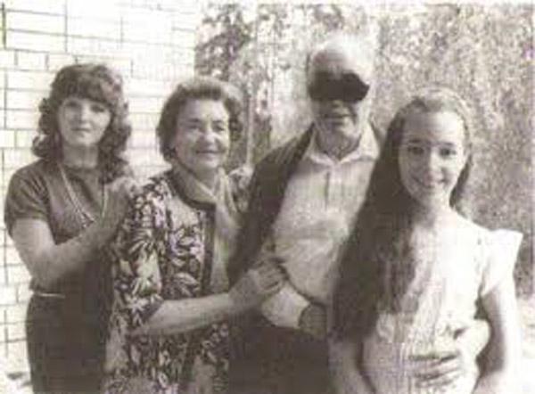Эдуард Асадов с женой Галиной, невесткой и внучкой