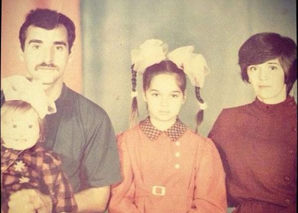 Юлия Ахмедова в детстве с родителями и младшей сестрой