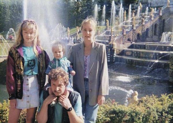 Карина Разумовская в детстве с родителями