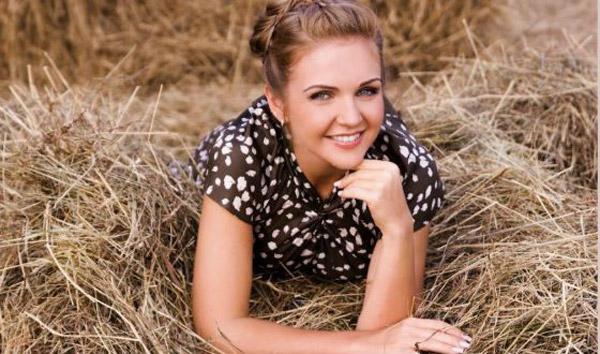 Известная фолк-певица Марина Девятова