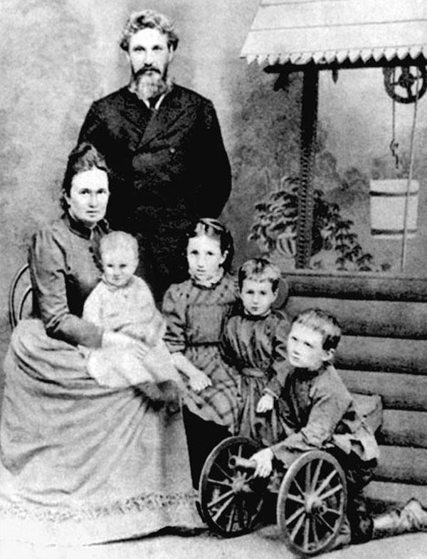 Анна Ахматова со своими родителями, младшими братьями и сестрами