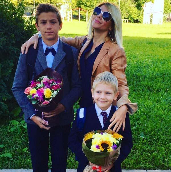 Настя Макаревич с сыновьями