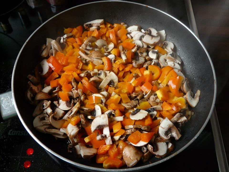 Нарезанные овощи обжарить на сковороде