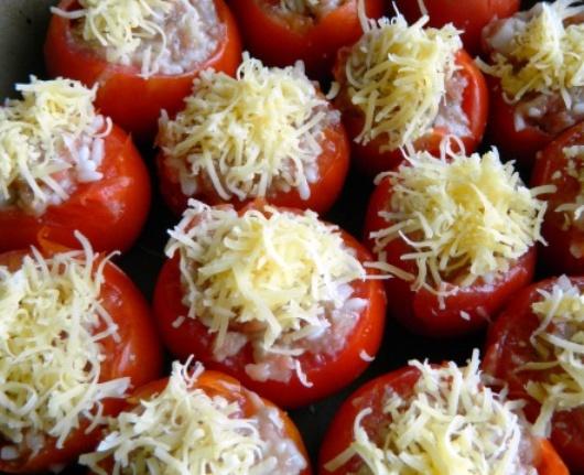 Фаршированные помидоры, посыпанные сыром
