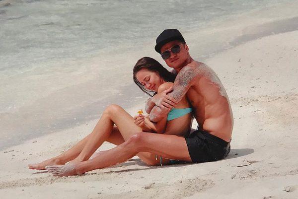 Влюбленные отдыхают на море