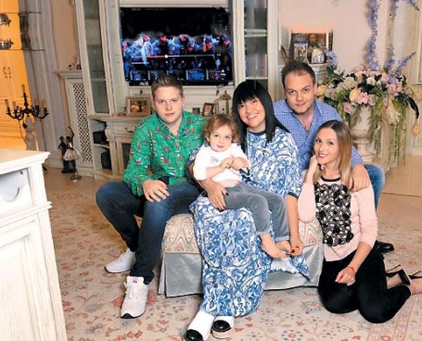 Алла Духова с мужем и детьми