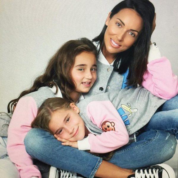 Девушка воспитывает двух дочерей