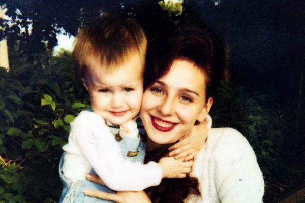 Анастасия в детстве со своей мамой