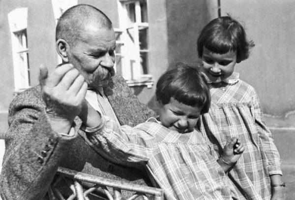 Известный писатель со своими внучками