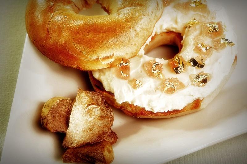 В состав самого дорогого пончика входили пищевое золото, элитные коньяк и шампанское, а также съедобные драгоценные камни.