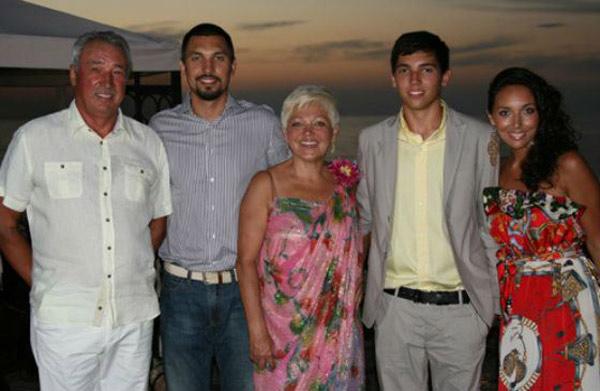 Со своей семьей