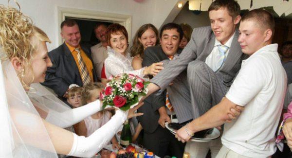 Смешной и современный сценарий выкупа невесты: оригинальные сценарии