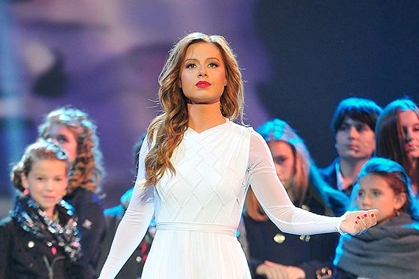 Певица на сцене во время концерта