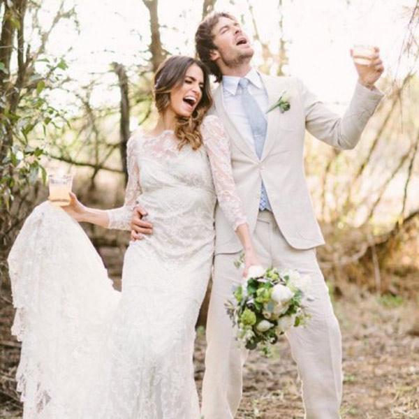 Влюбленные молодые люди во время свадебной церемонии