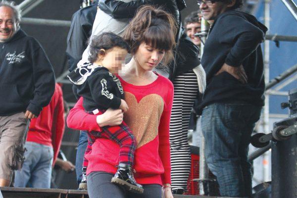 Актриса с сыном Мерлином на прогулке