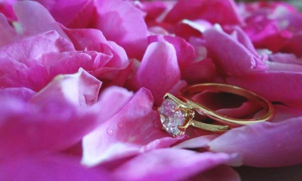 Николай уже приобрел Виктории обручальное кольцо